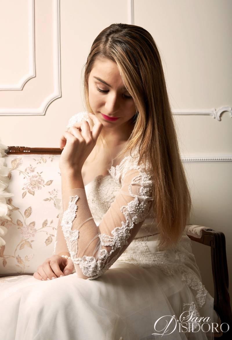 dettaglio dell'abito da sposa ricamato